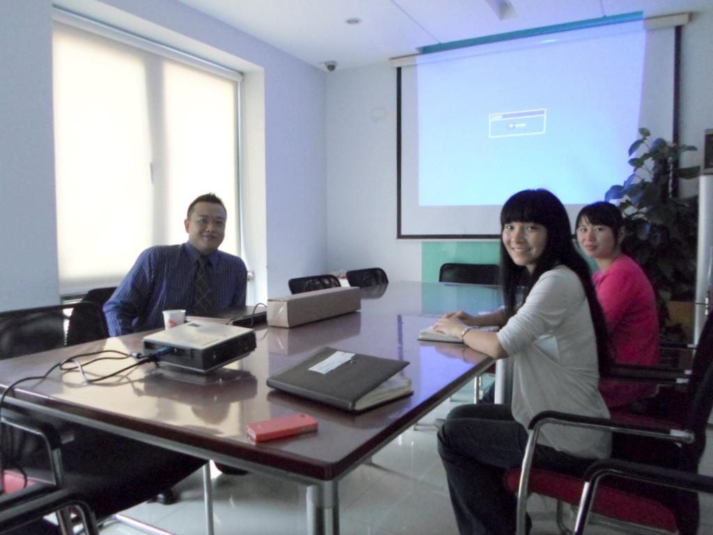 2013年10月24日,Trumeter工厂负责人莅临我司,深入洽谈代理后续事宜,并给予我司强大的技术支持